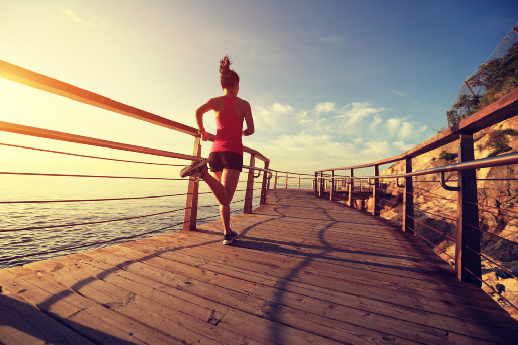 Correr por la mañana tiene sus beneficios para dormir mejor por la noche (iStock)